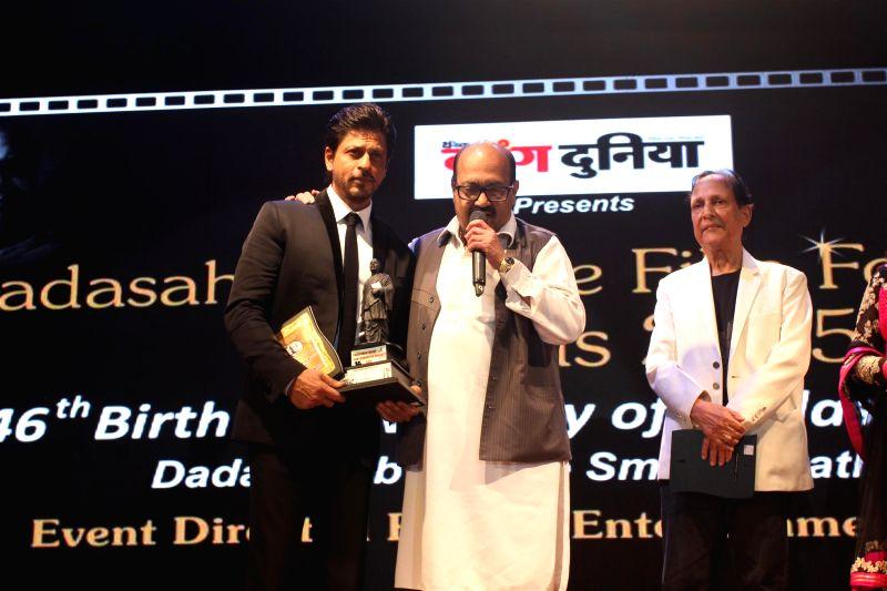 Actor Shahrukh Khan, Politician Amar Singh and filmmaker Saawan Kumar during the Dada Saheb Phalke Film Foundation Award 2015 in Mumbai on April 21, 2015. - Shahrukh Khan, Amar Singh and Saawan Kumar