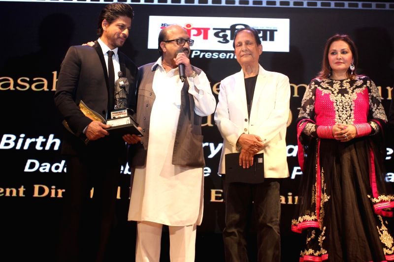 Actor Shahrukh Khan, Politician Amar Singh and filmmaker Saawan Kumar during the Dada Saheb Phalke Film Foundation Award 2015 in Mumbai on April 21, 2015. - Shahrukh Khan, Amar Singh and Saawan Kumar