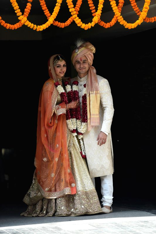 Actor Soha Ali Khan and Kunal Khemu pose for photo after their wedding at a private ceremony in Mumbai, on Jan. 25, 2015. - Soha Ali Khan