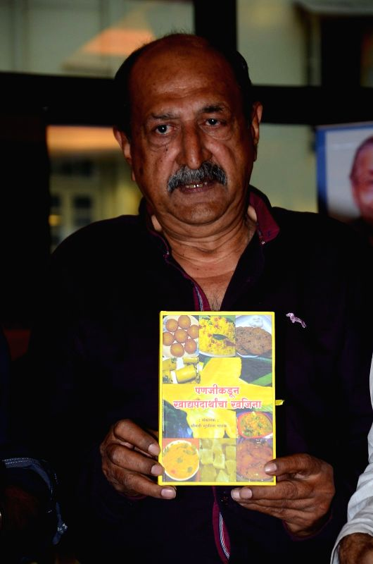 Actor Tinnu Anand during the book launch of Susheela Pathak`s `Great Grandma`s Kitchen Secret` in Mumbai on  March 29, 2015. - Tinnu Anand