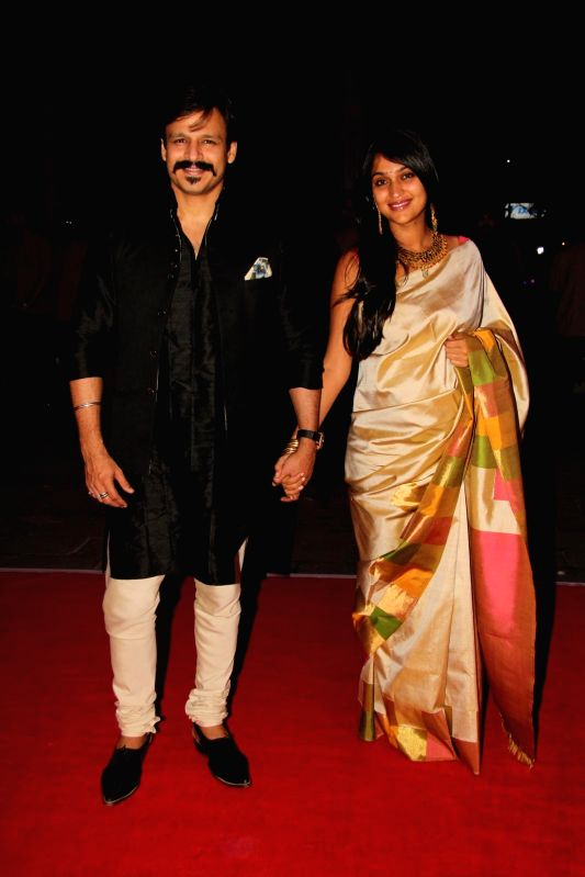 Actor Vivek Oberoi along with his wife Priyanka Alva during Shatrugan Sinha's son Kush wedding reception in Mumbai, on Jan. 19, 2015. - Vivek Oberoi and Shatrugan Sinha