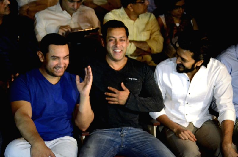 Actors Aamir Khan, Salman Khan and Riteish Deshmukh during a seminar convened by MNS chief Raj Thackeray to discuss the controversial Mumbai Development Discussion (MDP) in Mumbai, on March ... - Aamir Khan, Salman Khan and Riteish Deshmukh