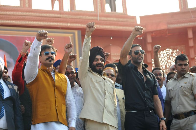 Actors Akshay Kumar, Vivek Oberoi and M S Bitta, Chairman, All-India Anti-Terrorist Front participate in a peace rally to commemorate the 26/11 martyrs in Mumbai, on November 23, 2014. - Akshay Kumar, Vivek Oberoi and M S Bitta