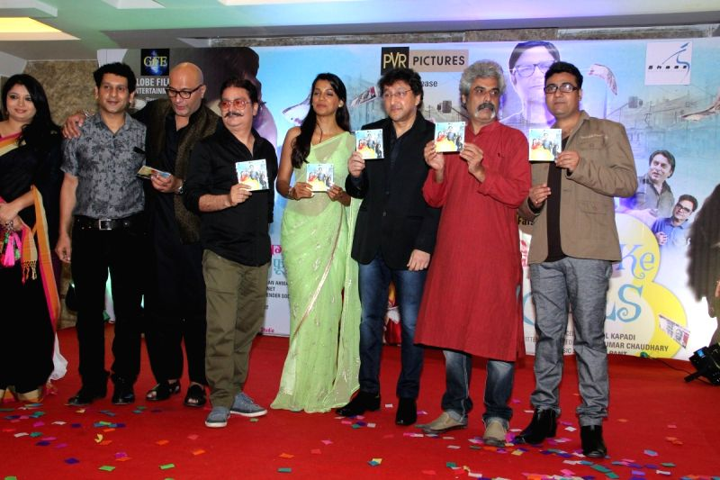 Actors Amit Behl, Vinay Pathak, Mugdha Godse, filmmakers Faisal Kapadi and Anil Kumar Choudhary during the Music launch of film Kaagaz Ke Fools in Mumbai on April 19, 2015. - Amit Behl, Vinay Pathak, Mugdha Godse and Kumar Choudhary