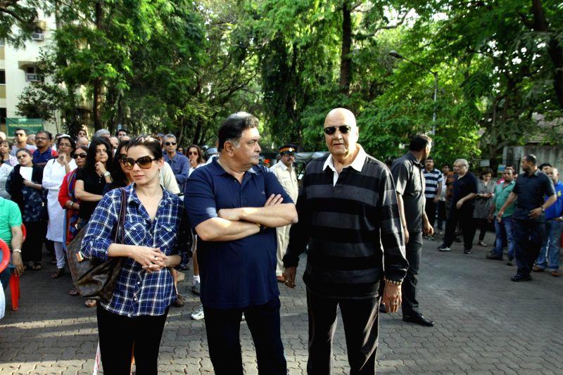 Actors Rishi Kapoor, Neelam Khotari and Prem Chopra during a protest against BMC`s proposed hawking zones in Pali Hill residential localities, in Mumbai, on April 12, 2015. - Rishi Kapoor, Neelam Khotari and Prem Chopra