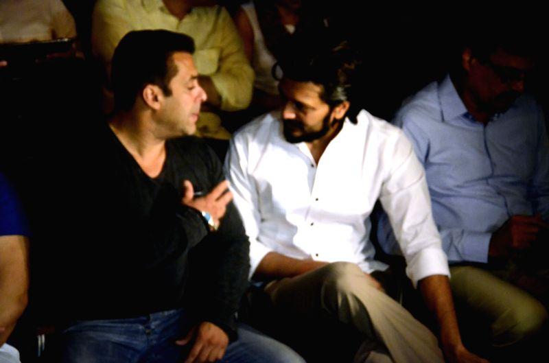 Actors Salman Khan and Riteish Deshmukh during a seminar convened by MNS chief Raj Thackeray to discuss the controversial Mumbai Development Discussion (MDP) in Mumbai, on March 28, 2015. - Salman Khan and Riteish Deshmukh