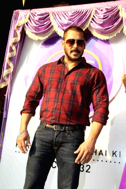 : Mumbai: Actors Salman Khan and Sonam Kapoor during the launch of P N Gadgil Jewellers logo `Parampara Achai Ki`, in Mumbai on Nov 13, 2015. (Photo: IANS). - For Salman Khan