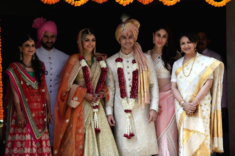 Actors Soha Ali Khan and Kunal Khemu along with Saba Ali Khan actors Sharmila Tagor, Saif Ali Khan and Kareena Kapoor pose for photo after their wedding at a private ceremony in Mumbai, on ... - Soha Ali Khan, Kunal Khemu, Sharmila Tagor, Saif Ali Khan and Kareena Kapoor