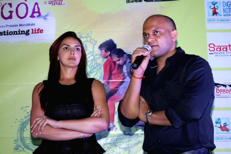 Actress Esha Deol and filmmaker Satyajit Chourasia during the trailer launch of film Barefoot to Goa in Mumbai on March 24, 2015. - Esha Deol