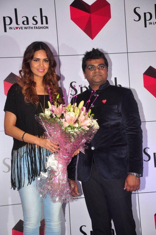 Actress Esha Gupta and Kalyan Kumar, COO, during the launch of 2nd Splash store in Mumbai on 7th Jan 2015 - Kalyan Kumar