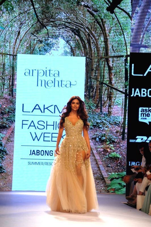 Actress Esha Gupta walks the ramp as showstopper for designer Arpita Mehta show at LFW Summer/Resort 2015 in Mumbai on March 21, 2015 - Esha Gupta