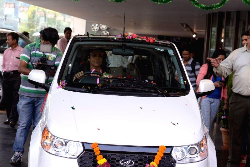 Actress Gul Panag during the launch of Mahindra Reva e20 an electric vehicle in Mumbai Jan 3, 2014. - Gul Panag