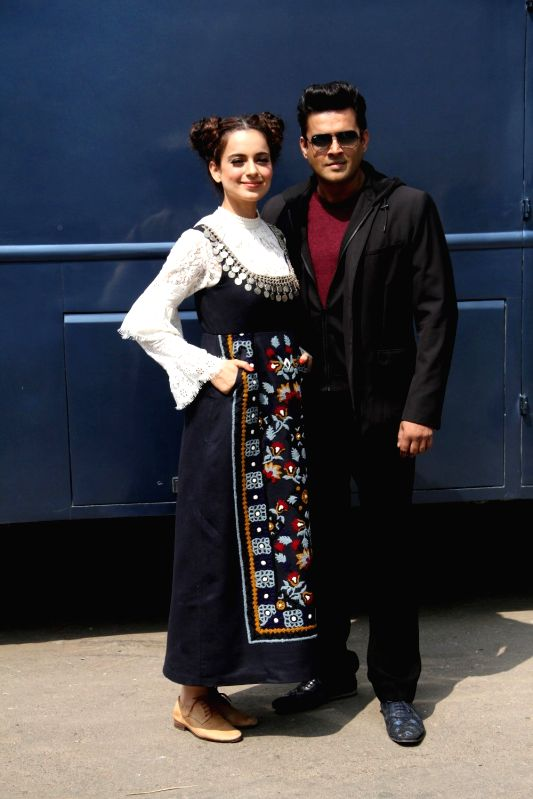 Actress Kangana Ranaut and actor R Madhavan after preparing pani puri or golgappa during the grand finale of food reality show Master Chef India 4, in Mumbai, on April 11, 2015. - Kangana Ranaut