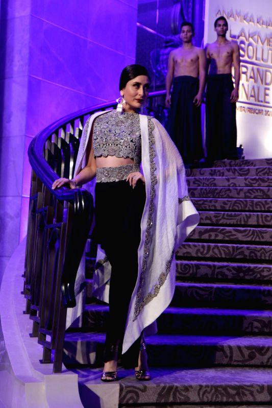 Actress Kareena Kapoor Khan walks the ramp as showstopper for Anamika Khanna show at Lakme Fashion Week Summer/Resort 2015 Grand Finale in Mumbai on March 22, 2015 - Kareena Kapoor Khan