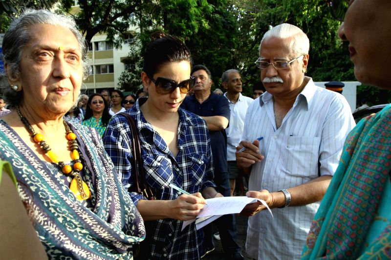 Actress Neelam Khotari during a protest against BMC`s proposed hawking zones in Pali Hill residential localities, in Mumbai, on April 12, 2015. - Neelam Khotari