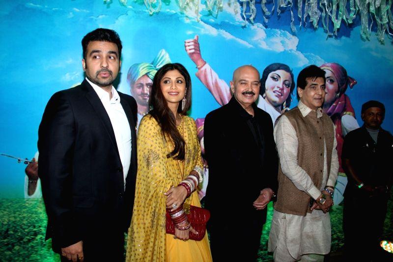 Actress Shilpa Shetty with her husband businessman Raj Kundra (L), and actors Rakesh Roshan and Jeetendra (R) during the Baisakhi celebration in Mumbai on April 14, 2015. - Shilpa Shetty, Rakesh Roshan, Jeetendra and Raj Kundra