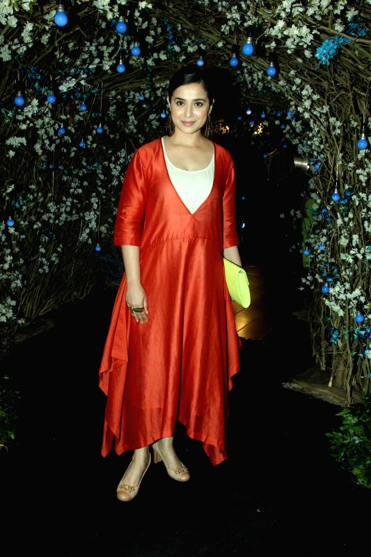 Actress Simone Singh during the preview of summer/resort 2015 collection by fashion designer Maheka Mirpuri, in Mumbai on April 9, 2015. - Simone Singh