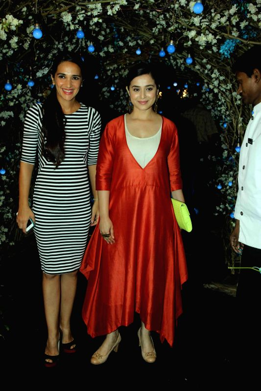 Actresses Simone Singh and Tara Sharma during the preview of summer/resort 2015 collection by fashion designer Maheka Mirpuri, in Mumbai on April 9, 2015. - Simone Singh and Tara Sharma
