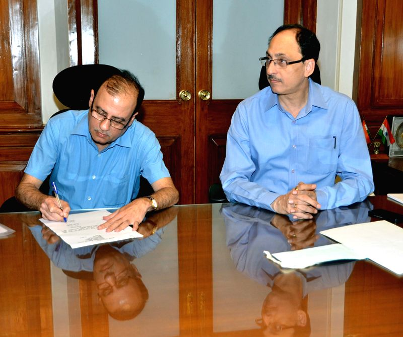 Ajoy Mehta takes over as new BMC chief at BMC  headquarters in Mumbai, on April 27, 2015. Also seen his predecessor Sitaram Kunte