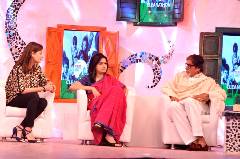 Amitabh Bachchan and Dia Mirza at the Ndtv Mission Swachh Bharat Abhiyaan in Mumbai on Sunday, Dec 14, 2014. - Dia Mirza and Amitabh Bachchan