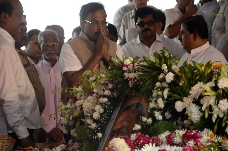 BJP leader Vinod Tawde pays his last respect to veteran Congress leader and former union minister Murli Deora, who passed away at the age of  77 following a brief illness in Mumbai on Nov 24,