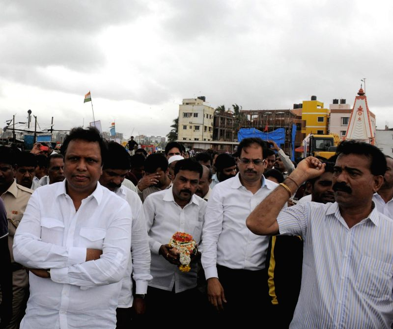 Mumbai BJP president Ashish Shelar immerse the ashes of late Gopinath Munde in the Arabian Sea, in Mumbai on June 16, 2014.