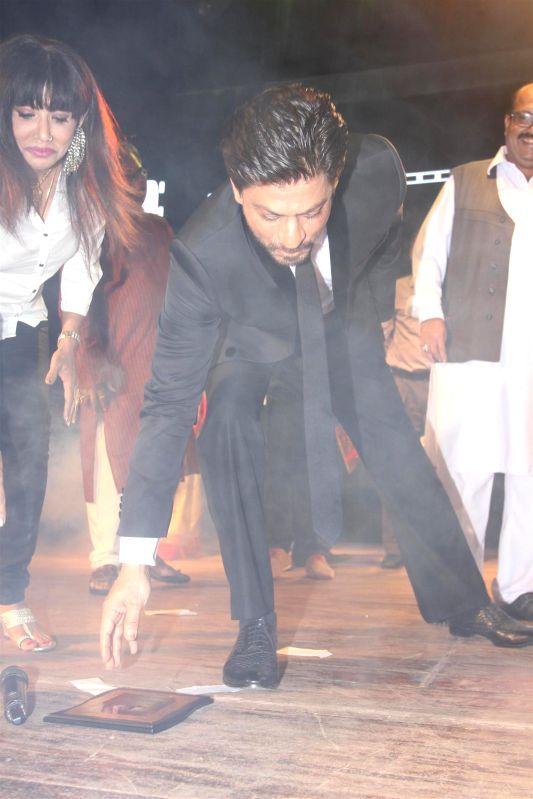 Caption : Mumbai: Actor Shahrukh Khan during the Dada Saheb Phalke Film Foundation Award 2015 in Mumbai on April 21, 2015. - Shahrukh Khan