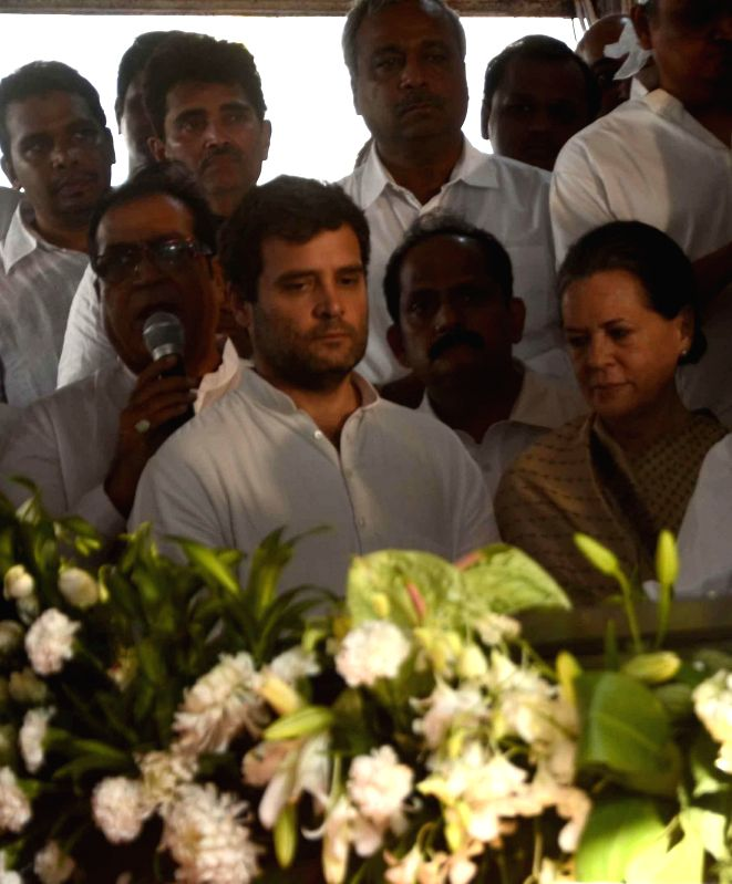 Congress chief Sonia Gandhi and party vice president Rahul Gandhi pay their last respect to veteran Congress leader and former union minister Murli Deora, who passed away at the age of  77 ... - Sonia Gandhi and Rahul Gandhi