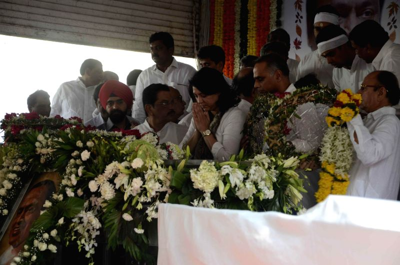 Congress leader Priya Dutt pays her last respect to veteran Congress leader and former union minister Murli Deora, who passed away at the age of  77 following a brief illness in Mumbai on Nov
