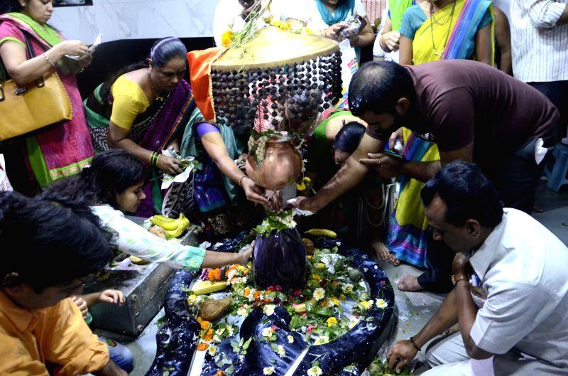 Devotees offer prayers to lord Shiva at Kashi Vishveshwar Temple of Mahim, Mumbai on Mahashivratri on Feb 17, 2015.