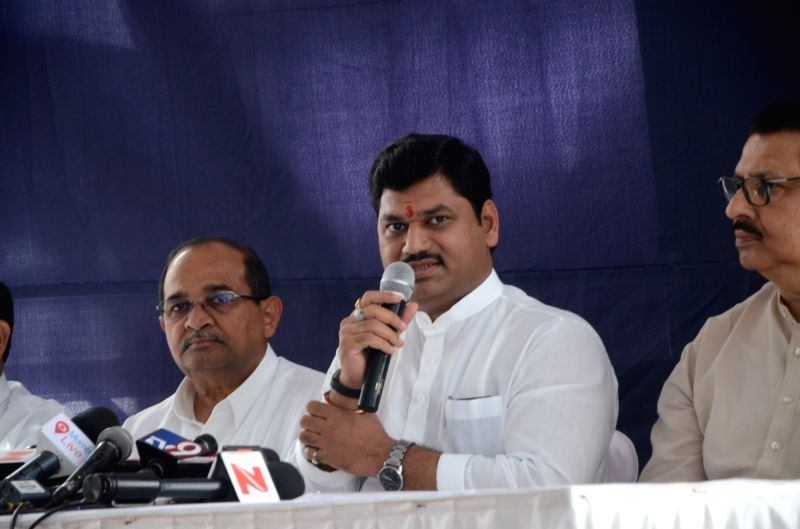 Mumbai: Dhananjay Munde of NCP with Radhakrishna Vikhe Patil of Congress during a press conference in Mumbai, on March 5, 2017.