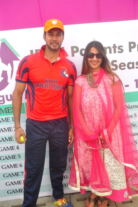 Former Indian cricketer Ajit Agarkar's wife Fatima Agarkar and Television actor Hiten Tejwani during the JPPL cricket league organized by Fatima Agarkar in Mumbai, on December 13, 2014. - Hiten Tejwani