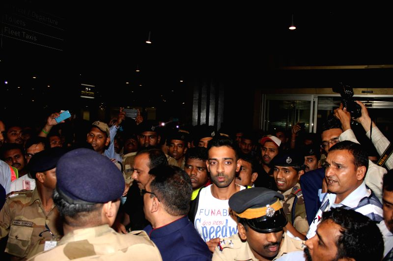 Indian cricketer Dhawal Kulkarni arrives from Australia at the Chhatrapati Shivaji International Airport, in Mumbai on March 27, 2015. - Dhawal Kulkarni
