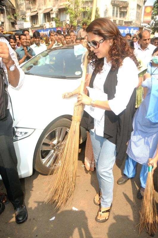 Juhi Chawla conducts Swachh Bharat Abhiyan with the mentally disabled kids from Munshi Yojana Foundation School in Mumbai, on Nov 19, 2014.