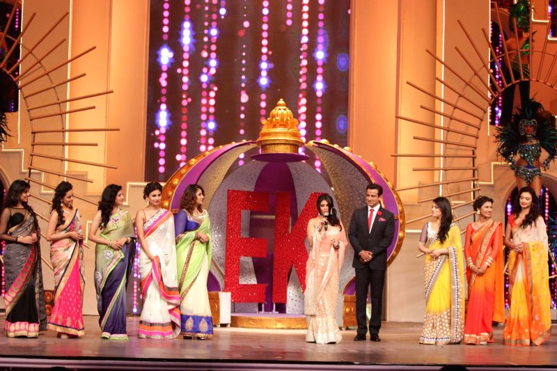 (L-R) TV actors Kritika Kamra, Anita Hasnandani, Paridhi Sharma, Urvashi Dholakia, Ronit Roy, Radhika Madan, Sriti Jha and Gauri Pradhan during the Television Style Award 2015 in Mumbai, on ... - Kritika Kamra, Anita Hasnandani, Paridhi Sharma, Urvashi Dholakia, Ronit Roy, Radhika Madan, Sriti Jha and Gauri Pradhan