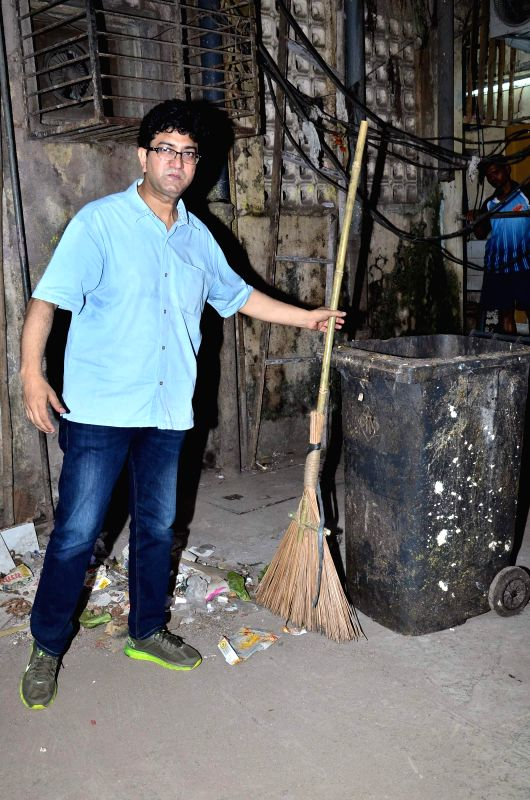 Lyricist Prasoon Joshi participates in Prime Minister Narendra Modi's Swachh Bharat Abhiyan, in Mumbai on Nov 25, 2014. - Narendra Modi