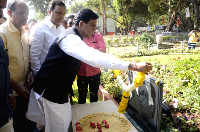 Maharashtra BJP chief Raosaheb Dadarao Danve pays tribute to Bal Thackeray at his memorial in Mumbai, on Jan 9, 2015.