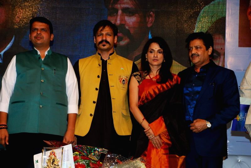 Maharashtra Chief Minister Devendra Fadnavis and actors Vivek Oberoi, Rajeshwari Sachdev and singer Udit Narayan during Atal Geet Ganga a poetic eve to celebrate former Prime Minister Atal ... - Devendra Fadnavis, Vivek Oberoi and Rajeshwari Sachdev