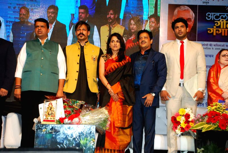 Maharashtra Chief Minister Devendra Fadnavis and actors Vivek Oberoi, Rajeshwari Sachdev, singer Udit Narayan and actor Siddharth Shukla during Atal Geet Ganga a poetic eve to celebrate ... - Devendra Fadnavis, Vivek Oberoi and Rajeshwari Sachdev