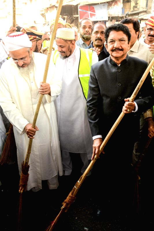 Maharashtra Governor C. V. Rao participates in the I Love Cleanliness campaign initiated by around 500 volunteers of the Dawoodi Bohra community in Mumbai, on Feb 13, 2015. - C. V. Rao