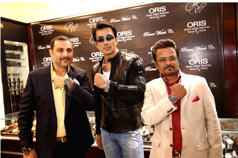 Manoj Kataria from Rama Watch Boutique, Sanjay Mishra from ORIS and Actor Sonu Sood during the unveiling of ORIS Pro Pilot Altimeter in Rama Watch Boutique, in Mumbai on Dec. 12, 2014. - Sanjay Mishra