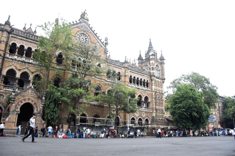 Mumbai: Migrants arrive at the Chhatrapati Shivaji Maharaj Terminus (CSMT) to board Konark Express in Mumbai to reach Bhubaneswar, during the fifth phase of the nationwide lockdown imposed to mitigate the spread of coronavirus, on June 2, 2020. (Phot