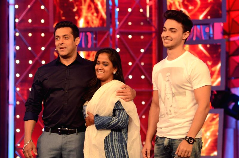 Newlyweds Arpita and Aayush Sharma visiting actor Salman Khan on the sets of Bigg Boss - 8. - Salman Khan