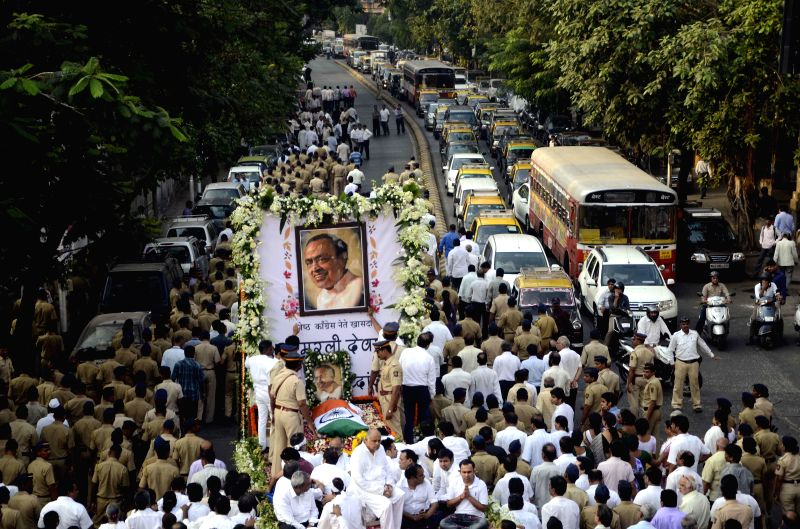 People participate in the funeral of veteran Congress leader and former union minister Murli Deora, who passed away at the age of  77 following a brief illness in Mumbai on Nov 24, 2014.