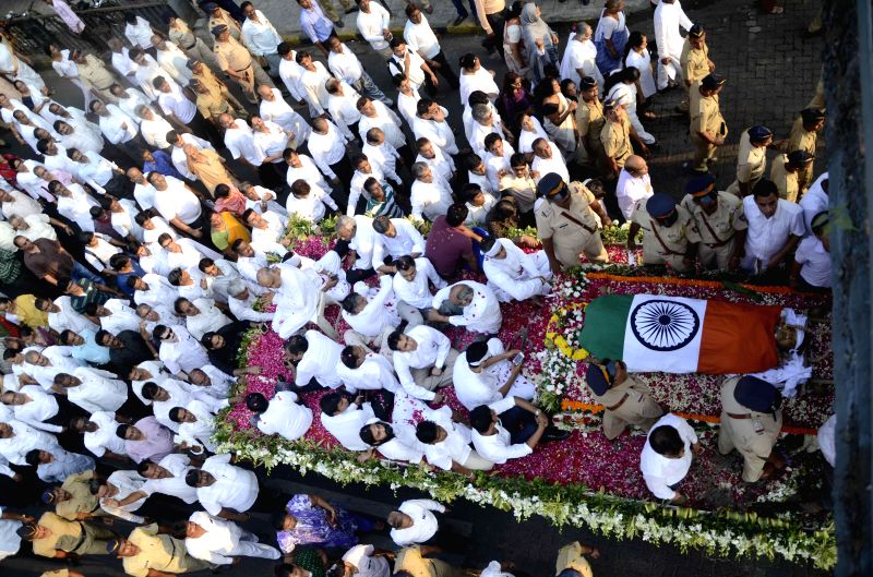 People pay their last respect to veteran Congress leader and former union minister Murli Deora, who passed away at the age of  77 following a brief illness in Mumbai on Nov 24, 2014.
