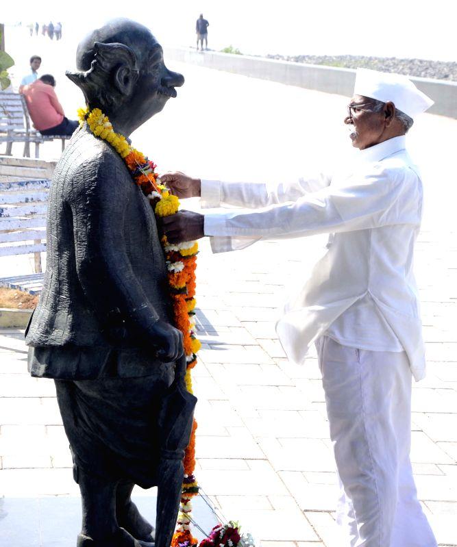 People pay tribute legendary cartoonist R K Laxman in Mumbai on Jan. 27, 2015.