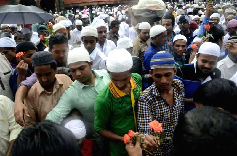 Mumbai Police personnel offer roses to muslims celebrating Eid-ul-Fitr in Mumbai on July 29, 2014.