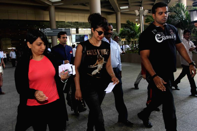 Priyanka Chopra snapped at Mumbai International Airport on arrival from New York on 1st April 2015.