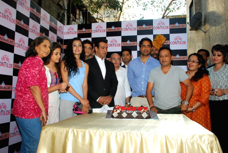 Producer Abhimanyu Singh, Director Rajesh Ranshinge, actor Ronit Roy, television actors Anand Goradia and Romit Raj during the celebration of 400 episodes of Sony TV serial Adaalat  in Mumbai ... - Ronit Roy, Anand Goradia, Romit Raj and Abhimanyu Singh