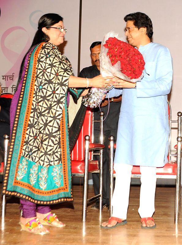 Rita Gupta (Vice President of Maharashtra Nav Nirman Sena - MNS) felicitating Raj Thackrey (MNS) during the Cancer awareness event on the occasion of International Women`s Day by Savitri ... - Rita Gupta